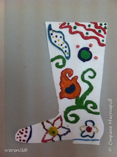 Выдавался шаблон сапожка и несколько маленьких шаблонов для декорирования, надо было создать композицию на сапожке, а потом, используя только жгутики и шарики из пластилина, выполнить в цвете. фото 2