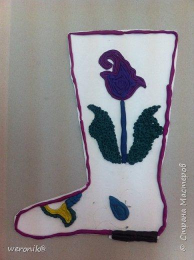 Выдавался шаблон сапожка и несколько маленьких шаблонов для декорирования, надо было создать композицию на сапожке, а потом, используя только жгутики и шарики из пластилина, выполнить в цвете. фото 8