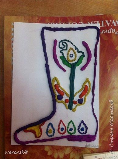 Выдавался шаблон сапожка и несколько маленьких шаблонов для декорирования, надо было создать композицию на сапожке, а потом, используя только жгутики и шарики из пластилина, выполнить в цвете. фото 10