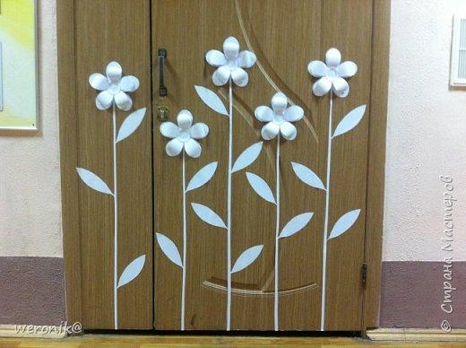 белая бумага, двусторонний скотч и несколько шаблонов понадобилось для оформления двери одного из кабинетов в гимназии