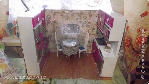 Приветик,Страна мастеров!!!!!! 15 марта моей дочке исполнится 4 года и она попросила дом на день рождения.В нашем городе такого счастья найти нереально(или очень дорого) поэтому мы решили сделать домик из коробки. Первое,что мы сделали-кухня.обоями послужила клёёнка из фикс прайса,на пол тоже она наклеена....Мебель пока что покупная,но в планах заменить её на самодельную(если Лиля захочет её сделать).столик из наборчика пришёл в негодность,да и он очень большой-места для него не хватило. Сделали его на скорую руку из старого диска,бутылки от лимонада и кружевной тесёмки(или как назвать это-не знаю) фото 5