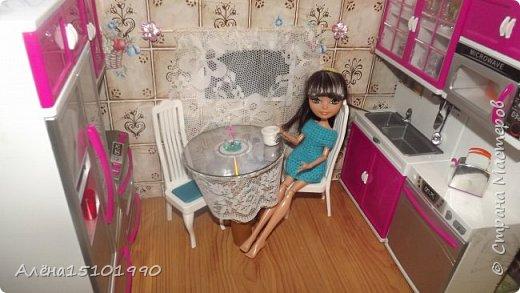 Приветик,Страна мастеров!!!!!! 15 марта моей дочке исполнится 4 года и она попросила дом на день рождения.В нашем городе такого счастья найти нереально(или очень дорого) поэтому мы решили сделать домик из коробки. Первое,что мы сделали-кухня.обоями послужила клёёнка из фикс прайса,на пол тоже она наклеена....Мебель пока что покупная,но в планах заменить её на самодельную(если Лиля захочет её сделать).столик из наборчика пришёл в негодность,да и он очень большой-места для него не хватило. Сделали его на скорую руку из старого диска,бутылки от лимонада и кружевной тесёмки(или как назвать это-не знаю) фото 4