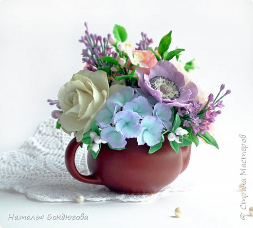 Цветочная композиция в чайнике, холодный фарфор. фото 2