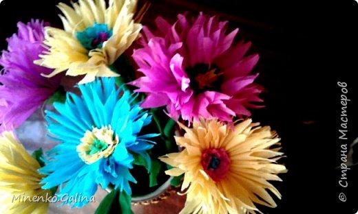 Идею таких цветов , напоминающих герберы или гвоздики, если их делать из красной гофробумаги, я увидела в инете, но не сохранила и поэтому не могу дать ссылку и назвать автора. Но детям они понравились и я хочу напомнить как мы их делали. фото 3