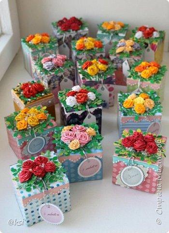 С наступившим весенним праздником 8 МАРТА, дорогие дамы!!! Пусть весна цветет не только на улице, но и в душе, а красота радует всех окружающих. Счастья вам, милые дамы, благополучия и гармонии! Желаю, чтобы все ваши дни были солнечными, яркими и запоминающимися, чтобы в наших домах всегда было уютно и тепло, и всегда было мирное небо над головой! Сегодня спешу показать свои коробочки, в которых мы делали презенты нашим учителям к 8 Марта. Родительский комитет нашего класса оценил мою идею и полностью доверил мне упаковать презенты для учителей. Всего 16 коробочек. фото 1