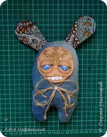 Как и обещала показываю свое новое увлечение. Это монстрики, выполнены по мотивам работ американской художницы и мастерицы Аманды Луизы Спейд и ее пыльных зайцев ( Dusty bunny). Очень люблю ее игрушки и мультики с их участием. Я конечно только учусь работать с полимерной глиной, глаза пока делать сама не решаюсь, использую разноцветные стекляшки. Но все ещё впереди. фото 10