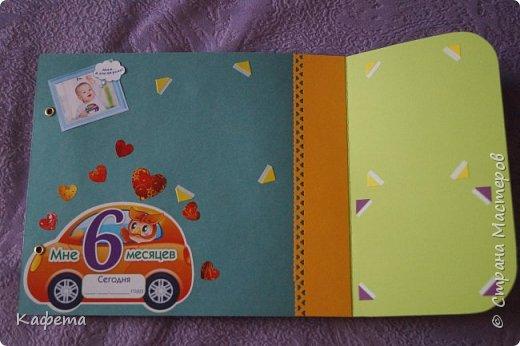 На днях выпало немного свободного времени. И, конечно, же я потратила его на созидание нового альбома. Получился вот такой яркий, оранжево-желтые краски создают особое солнечное настроение, они очень хорошо подошли для детской работы. Весна!!! День рождения весной - это так прекрасно!!! Альбом размером 21 на 21 см, содержит 12 листов (12 месяцев). Самые важные события первого года жизни ребенка. Раскладушки. Развороты. Кармашки. Фотографии разного размера. Вместимость фото 136 шт. Замечательная идея, плюс  наполнение альбома фотографиями улыбающегося малыша, чтобы в любую грустную минуту, взять альбом в руки и моментально поднять себе настроение, вспоминая смешные моменты, читая заметки и поздравления. фото 10