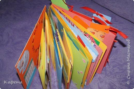 На днях выпало немного свободного времени. И, конечно, же я потратила его на созидание нового альбома. Получился вот такой яркий, оранжево-желтые краски создают особое солнечное настроение, они очень хорошо подошли для детской работы. Весна!!! День рождения весной - это так прекрасно!!! Альбом размером 21 на 21 см, содержит 12 листов (12 месяцев). Самые важные события первого года жизни ребенка. Раскладушки. Развороты. Кармашки. Фотографии разного размера. Вместимость фото 136 шт. Замечательная идея, плюс  наполнение альбома фотографиями улыбающегося малыша, чтобы в любую грустную минуту, взять альбом в руки и моментально поднять себе настроение, вспоминая смешные моменты, читая заметки и поздравления. фото 18