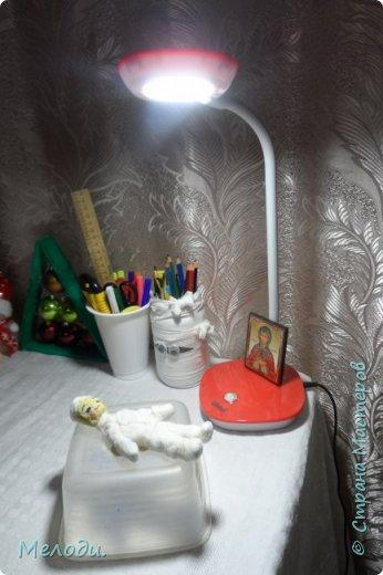 Здравствуйте дорогие жители страны мастеров.Сегодня представляю вам мою новую ватную игрушку Мальчишка.Слепился он за 2 дня.Конечно видны недочёты.Лицо получилось желтоватым.Да и раскрашенный шарфик выделяется. фото 3