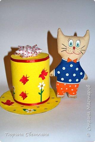 Вот и прошел долгожданный весенний праздник!!! Надеюсь он принес всем много позитива, подарков и отдыха!  Представляю какой был загруз перед 8 марта! А вот подарочки, которые успела смастерить я!  Сладкая шляпка, заполненная внутри конфетками. И кофейный котик!   фото 1