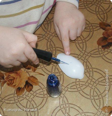 Для поделки мы использовали картонный лоток от яиц, ракушки, немного гальки, мишуру, картон, сеточку от фруктов, ложки одноразовые, гуашь, клей, лак с тонкой кисточкой (для росписи рыбок). фото 7