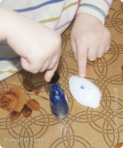 Для поделки мы использовали картонный лоток от яиц, ракушки, немного гальки, мишуру, картон, сеточку от фруктов, ложки одноразовые, гуашь, клей, лак с тонкой кисточкой (для росписи рыбок). фото 8