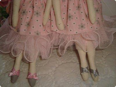 Добрый вечер всем!!!  Сегодня я к вам с необычными для меня работами!!! А именно куколкой и тильдочками!!!  Итак, куколка-большеножка (оказывается столько их разновидностей.... я выбрала такую...) За ее появление благодарю Наталья 16121983, ведь именно она прислала мне кусок кукольного трикотажа... И вот, вчера вечером присела за работу и сегодня получилась у меня от такое чудо... фото 14