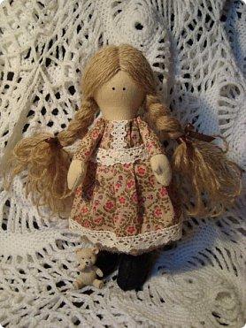 Добрый вечер всем!!!  Сегодня я к вам с необычными для меня работами!!! А именно куколкой и тильдочками!!!  Итак, куколка-большеножка (оказывается столько их разновидностей.... я выбрала такую...) За ее появление благодарю Наталья 16121983, ведь именно она прислала мне кусок кукольного трикотажа... И вот, вчера вечером присела за работу и сегодня получилась у меня от такое чудо... фото 2