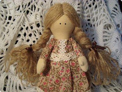 Добрый вечер всем!!!  Сегодня я к вам с необычными для меня работами!!! А именно куколкой и тильдочками!!!  Итак, куколка-большеножка (оказывается столько их разновидностей.... я выбрала такую...) За ее появление благодарю Наталья 16121983, ведь именно она прислала мне кусок кукольного трикотажа... И вот, вчера вечером присела за работу и сегодня получилась у меня от такое чудо... фото 1