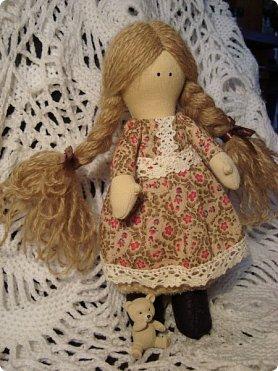 Добрый вечер всем!!!  Сегодня я к вам с необычными для меня работами!!! А именно куколкой и тильдочками!!!  Итак, куколка-большеножка (оказывается столько их разновидностей.... я выбрала такую...) За ее появление благодарю Наталья 16121983, ведь именно она прислала мне кусок кукольного трикотажа... И вот, вчера вечером присела за работу и сегодня получилась у меня от такое чудо... фото 4