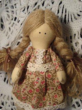 Добрый вечер всем!!!  Сегодня я к вам с необычными для меня работами!!! А именно куколкой и тильдочками!!!  Итак, куколка-большеножка (оказывается столько их разновидностей.... я выбрала такую...) За ее появление благодарю Наталья 16121983, ведь именно она прислала мне кусок кукольного трикотажа... И вот, вчера вечером присела за работу и сегодня получилась у меня от такое чудо... фото 3
