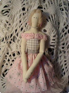 Добрый вечер всем!!!  Сегодня я к вам с необычными для меня работами!!! А именно куколкой и тильдочками!!!  Итак, куколка-большеножка (оказывается столько их разновидностей.... я выбрала такую...) За ее появление благодарю Наталья 16121983, ведь именно она прислала мне кусок кукольного трикотажа... И вот, вчера вечером присела за работу и сегодня получилась у меня от такое чудо... фото 15