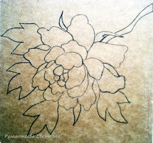 Здравствуйте! Я к вам с новой работой. Захотелось мне сделать панно с объёмными цветами, стала думать из чего же сотворить, чтобы не мялось, не ломалось? В итоге остановилась на вате, вроде бы и получалось, но не так, как хотелось. Тогда пришла мысль сделать цветы из ватных дисков. Результатом довольна.    Для работы нам понадобятся: 1.Эскиз цветка; 2.Шаблон цветка; 3.Ватные диски; 4.Ножницы; 5.Клей ПВА; 6.Кисть для клея; 7.Тарелочка для работы с клеем; 8.Зубочистки; 9.Основа для наклеивания цветка; 10. Краски для росписи цветка. Извиняюсь за плохое качество фотографий - проблемы с фотоаппаратом. фото 2