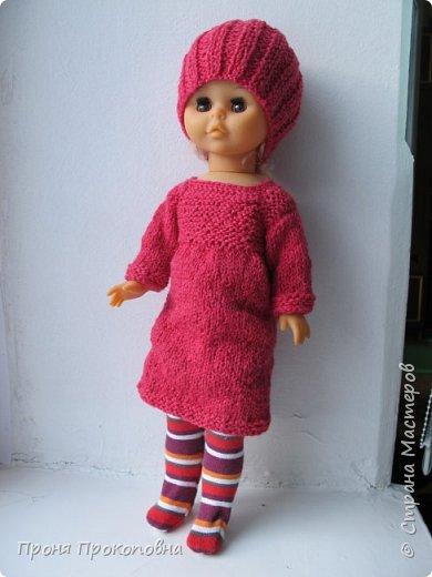 Здравствуйте, жители Страны Мастеров! Сегодня хочу показать вам, как живут в моей группе куклы. Какие-то достались мне в наследство от предыдущих педагогов, какие-то дети подарили-принесли, какие-то куклы у меня жили, пока дочь маленькая была. Все они были в разном состоянии, но практически все были или совсем голые, или одежда была уже совсем заношенная и потерявшая вид. Шить на куколок особо не хотелось, потому что дело это нудное и довольно кропотливое. Абы как не люблю делать. Мне надо, чтобы все было с чувством, с толком, качественно и не особо торопясь. Поэтому решила свои нитки перетрясти и родителей попросила поискать в своих закромах остатки пряжи, которая им уже не нужна будет. Вязала в прошлом году. Думала, хотя бы два-три комплектика связать, чтобы куклы хотя бы голыми не были, но увлеклась и навязала кучу нарядов.  Вот на этого пупса первый комплект получился: свитер и штаны. Мне все понравилось и сначала я решила оставить эту куклу как дидактическое наглядное пособие для занятий. Но напарница раскритиковала, сказала, что у наглядного пособия все должно быть яркое и совсем не темное, поэтому кукла с нарядом ушла в детские ручки в кукольный уголок. Костюмчик из шерсти. фото 2