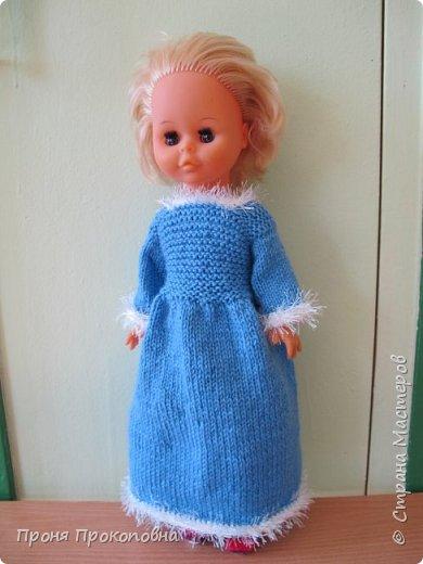 Здравствуйте, жители Страны Мастеров! Сегодня хочу показать вам, как живут в моей группе куклы. Какие-то достались мне в наследство от предыдущих педагогов, какие-то дети подарили-принесли, какие-то куклы у меня жили, пока дочь маленькая была. Все они были в разном состоянии, но практически все были или совсем голые, или одежда была уже совсем заношенная и потерявшая вид. Шить на куколок особо не хотелось, потому что дело это нудное и довольно кропотливое. Абы как не люблю делать. Мне надо, чтобы все было с чувством, с толком, качественно и не особо торопясь. Поэтому решила свои нитки перетрясти и родителей попросила поискать в своих закромах остатки пряжи, которая им уже не нужна будет. Вязала в прошлом году. Думала, хотя бы два-три комплектика связать, чтобы куклы хотя бы голыми не были, но увлеклась и навязала кучу нарядов.  Вот на этого пупса первый комплект получился: свитер и штаны. Мне все понравилось и сначала я решила оставить эту куклу как дидактическое наглядное пособие для занятий. Но напарница раскритиковала, сказала, что у наглядного пособия все должно быть яркое и совсем не темное, поэтому кукла с нарядом ушла в детские ручки в кукольный уголок. Костюмчик из шерсти. фото 9