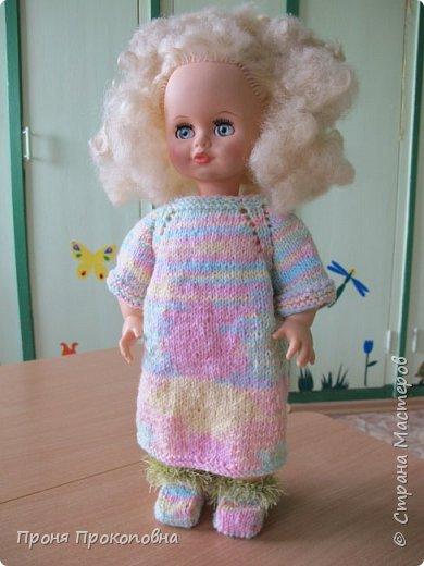 Здравствуйте, жители Страны Мастеров! Сегодня хочу показать вам, как живут в моей группе куклы. Какие-то достались мне в наследство от предыдущих педагогов, какие-то дети подарили-принесли, какие-то куклы у меня жили, пока дочь маленькая была. Все они были в разном состоянии, но практически все были или совсем голые, или одежда была уже совсем заношенная и потерявшая вид. Шить на куколок особо не хотелось, потому что дело это нудное и довольно кропотливое. Абы как не люблю делать. Мне надо, чтобы все было с чувством, с толком, качественно и не особо торопясь. Поэтому решила свои нитки перетрясти и родителей попросила поискать в своих закромах остатки пряжи, которая им уже не нужна будет. Вязала в прошлом году. Думала, хотя бы два-три комплектика связать, чтобы куклы хотя бы голыми не были, но увлеклась и навязала кучу нарядов.  Вот на этого пупса первый комплект получился: свитер и штаны. Мне все понравилось и сначала я решила оставить эту куклу как дидактическое наглядное пособие для занятий. Но напарница раскритиковала, сказала, что у наглядного пособия все должно быть яркое и совсем не темное, поэтому кукла с нарядом ушла в детские ручки в кукольный уголок. Костюмчик из шерсти. фото 10