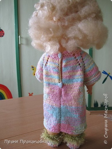 Здравствуйте, жители Страны Мастеров! Сегодня хочу показать вам, как живут в моей группе куклы. Какие-то достались мне в наследство от предыдущих педагогов, какие-то дети подарили-принесли, какие-то куклы у меня жили, пока дочь маленькая была. Все они были в разном состоянии, но практически все были или совсем голые, или одежда была уже совсем заношенная и потерявшая вид. Шить на куколок особо не хотелось, потому что дело это нудное и довольно кропотливое. Абы как не люблю делать. Мне надо, чтобы все было с чувством, с толком, качественно и не особо торопясь. Поэтому решила свои нитки перетрясти и родителей попросила поискать в своих закромах остатки пряжи, которая им уже не нужна будет. Вязала в прошлом году. Думала, хотя бы два-три комплектика связать, чтобы куклы хотя бы голыми не были, но увлеклась и навязала кучу нарядов.  Вот на этого пупса первый комплект получился: свитер и штаны. Мне все понравилось и сначала я решила оставить эту куклу как дидактическое наглядное пособие для занятий. Но напарница раскритиковала, сказала, что у наглядного пособия все должно быть яркое и совсем не темное, поэтому кукла с нарядом ушла в детские ручки в кукольный уголок. Костюмчик из шерсти. фото 11