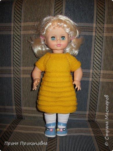 Здравствуйте, жители Страны Мастеров! Сегодня хочу показать вам, как живут в моей группе куклы. Какие-то достались мне в наследство от предыдущих педагогов, какие-то дети подарили-принесли, какие-то куклы у меня жили, пока дочь маленькая была. Все они были в разном состоянии, но практически все были или совсем голые, или одежда была уже совсем заношенная и потерявшая вид. Шить на куколок особо не хотелось, потому что дело это нудное и довольно кропотливое. Абы как не люблю делать. Мне надо, чтобы все было с чувством, с толком, качественно и не особо торопясь. Поэтому решила свои нитки перетрясти и родителей попросила поискать в своих закромах остатки пряжи, которая им уже не нужна будет. Вязала в прошлом году. Думала, хотя бы два-три комплектика связать, чтобы куклы хотя бы голыми не были, но увлеклась и навязала кучу нарядов.  Вот на этого пупса первый комплект получился: свитер и штаны. Мне все понравилось и сначала я решила оставить эту куклу как дидактическое наглядное пособие для занятий. Но напарница раскритиковала, сказала, что у наглядного пособия все должно быть яркое и совсем не темное, поэтому кукла с нарядом ушла в детские ручки в кукольный уголок. Костюмчик из шерсти. фото 12
