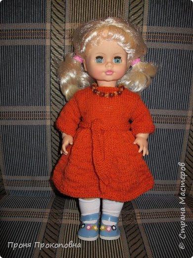 Здравствуйте, жители Страны Мастеров! Сегодня хочу показать вам, как живут в моей группе куклы. Какие-то достались мне в наследство от предыдущих педагогов, какие-то дети подарили-принесли, какие-то куклы у меня жили, пока дочь маленькая была. Все они были в разном состоянии, но практически все были или совсем голые, или одежда была уже совсем заношенная и потерявшая вид. Шить на куколок особо не хотелось, потому что дело это нудное и довольно кропотливое. Абы как не люблю делать. Мне надо, чтобы все было с чувством, с толком, качественно и не особо торопясь. Поэтому решила свои нитки перетрясти и родителей попросила поискать в своих закромах остатки пряжи, которая им уже не нужна будет. Вязала в прошлом году. Думала, хотя бы два-три комплектика связать, чтобы куклы хотя бы голыми не были, но увлеклась и навязала кучу нарядов.  Вот на этого пупса первый комплект получился: свитер и штаны. Мне все понравилось и сначала я решила оставить эту куклу как дидактическое наглядное пособие для занятий. Но напарница раскритиковала, сказала, что у наглядного пособия все должно быть яркое и совсем не темное, поэтому кукла с нарядом ушла в детские ручки в кукольный уголок. Костюмчик из шерсти. фото 14