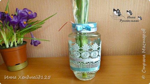 Захотела создать вазу для цветов из банки от кофе. И вот такой получился результат)  Материалы: банка от кофе, кружево, тесьма, клей универсальный, ленты. фото 2