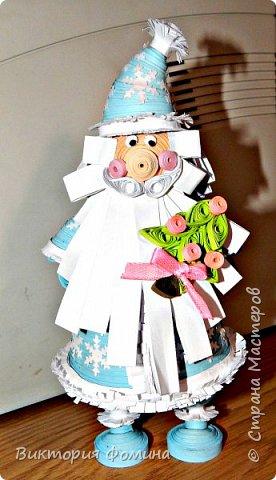 Доброго времени суток! Хочу представить игрушечку в технике квиллинг. Это Дед Мороз и его высота 17 см. Увидела мк этой фигурки у одной блогерши и не удержалась, чтоб не сделать и себе такого. А вот и ссылочка на мк http://quilling-life.com/kvilling-santa-klaus/ фото 1