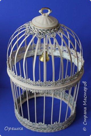 Здравствуйте, друзья! Сегодня покажу вам как я делала с нуля птичью клетку в стиле прованс. Прованс или французский кантри, это не просто стиль в дизайне интерьера, а уникальная возможность окунуться в атмосферу покоя и уюта, почувствовать легкость и близость природы, наполнить жизнь миром и гармонией. Стиль прованс в интерьере очень популярен сегодня: его выбирают люди, которые устали от показной роскоши, которые хотят привнести в интерьер романтическую атмосферу сельской жизни, и просто утонченные натуры. На первый взгляд может показаться, что этот стиль мало подходит для интерьеров современных городских квартир, но это не так. Он способен принести свет, тепло, приятные естественные оттенки и вдохновляющую тишину, которых так не хватает жителям больших городов. фото 24