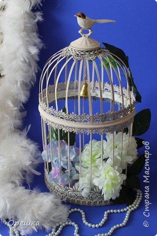 Здравствуйте, друзья! Сегодня покажу вам как я делала с нуля птичью клетку в стиле прованс. Прованс или французский кантри, это не просто стиль в дизайне интерьера, а уникальная возможность окунуться в атмосферу покоя и уюта, почувствовать легкость и близость природы, наполнить жизнь миром и гармонией. Стиль прованс в интерьере очень популярен сегодня: его выбирают люди, которые устали от показной роскоши, которые хотят привнести в интерьер романтическую атмосферу сельской жизни, и просто утонченные натуры. На первый взгляд может показаться, что этот стиль мало подходит для интерьеров современных городских квартир, но это не так. Он способен принести свет, тепло, приятные естественные оттенки и вдохновляющую тишину, которых так не хватает жителям больших городов. фото 29