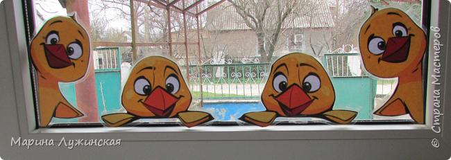 Уж очень любим мы, когда в наше окошко заглядывают(или выглядывают из него) позитиФФные персонажи... На Новый год к нам заглядывали-выглядывали  снеговульки и Дедулька Мороз, на Масленицу  -Солнышко.  Предлагаю украсить Ваше  пасхальное окошко вот такими милашками-цыпушками...   фото 3