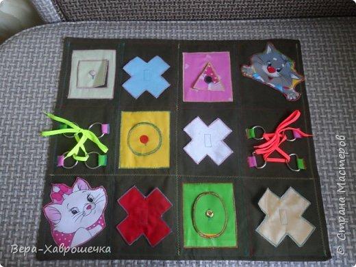 Привет СМ! Хочу показать поделку, которая была сделана в садик для детишек для развития мелкой моторики. В первом сортере есть пуговицы, кнопки, фигурки-крестики на липучке,красочные аппликации, шнуровка, можно изучать фигуры и цвета. Все это размещено на плотной ткани, можно положить на стол или повесит куда-нибудь.      фото 1