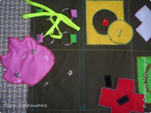Привет СМ! Хочу показать поделку, которая была сделана в садик для детишек для развития мелкой моторики. В первом сортере есть пуговицы, кнопки, фигурки-крестики на липучке,красочные аппликации, шнуровка, можно изучать фигуры и цвета. Все это размещено на плотной ткани, можно положить на стол или повесит куда-нибудь.      фото 3