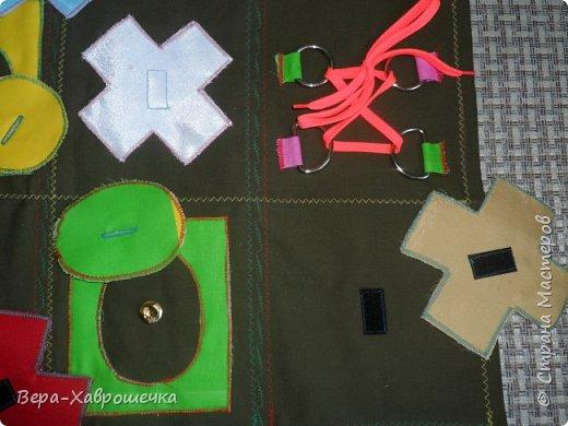 Привет СМ! Хочу показать поделку, которая была сделана в садик для детишек для развития мелкой моторики. В первом сортере есть пуговицы, кнопки, фигурки-крестики на липучке,красочные аппликации, шнуровка, можно изучать фигуры и цвета. Все это размещено на плотной ткани, можно положить на стол или повесит куда-нибудь.      фото 2