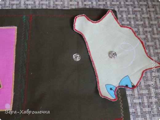 Привет СМ! Хочу показать поделку, которая была сделана в садик для детишек для развития мелкой моторики. В первом сортере есть пуговицы, кнопки, фигурки-крестики на липучке,красочные аппликации, шнуровка, можно изучать фигуры и цвета. Все это размещено на плотной ткани, можно положить на стол или повесит куда-нибудь.      фото 4