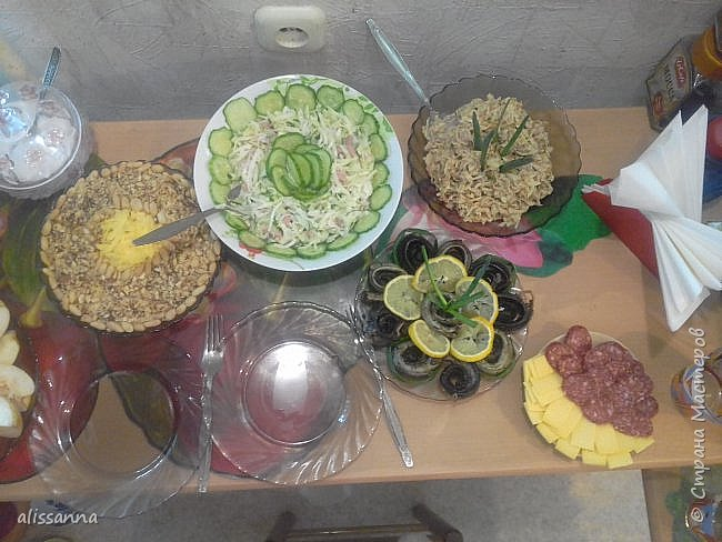 """Доброе время суток...жители Страны...))) на 23 февраля накрывала вот такой стол...))) может кому-нибудь пригодятся рецепты...буду рада...если поделитесь впечатлением...)))  В меню были салатики : """" уральский """", кальмаровый, """" Снежанна """"...  нарезка фруктовая ( бананы... апельсины... яблоки ) тарелочка ( слева кусочек торчит )... минога жареная ( ссылку сброшу позже на это чудо-юдо вкусного зверя ) на горячее были куриные грудки... фото 1"""