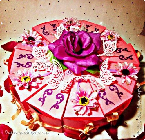 Здравствуйте! Продолжаю выкладывать свои работы. Итак, перед вами мои тортики с пожеланиями и сюрпризами. Всего пока я их сделала 4 шт. Дизайн придумывала сама. Кусочков в тортике 12. Я его делала на свадьбу.Это вид сбоку. фото 1