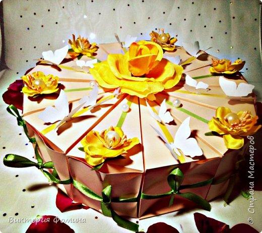 Здравствуйте! Продолжаю выкладывать свои работы. Итак, перед вами мои тортики с пожеланиями и сюрпризами. Всего пока я их сделала 4 шт. Дизайн придумывала сама. Кусочков в тортике 12. Я его делала на свадьбу.Это вид сбоку. фото 9