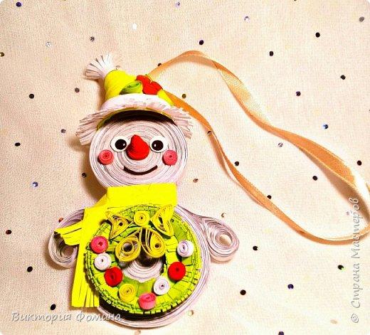 Спешу представить вам свои подвесочки-снеговички, которые  делала на Новый год в качестве ёлочной игрушки. Каждый снеговичок был сделан в одном экземпляре, разного цвета и с разным декором. фото 2