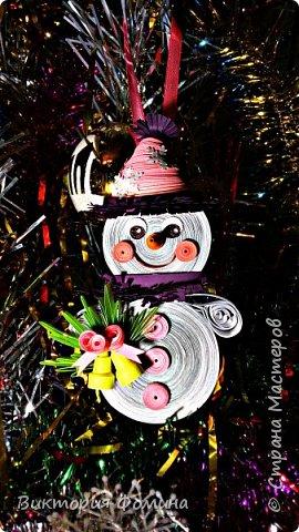 Спешу представить вам свои подвесочки-снеговички, которые  делала на Новый год в качестве ёлочной игрушки. Каждый снеговичок был сделан в одном экземпляре, разного цвета и с разным декором. фото 3