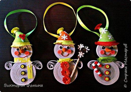 Спешу представить вам свои подвесочки-снеговички, которые  делала на Новый год в качестве ёлочной игрушки. Каждый снеговичок был сделан в одном экземпляре, разного цвета и с разным декором. фото 1