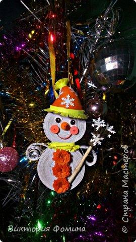 Спешу представить вам свои подвесочки-снеговички, которые  делала на Новый год в качестве ёлочной игрушки. Каждый снеговичок был сделан в одном экземпляре, разного цвета и с разным декором. фото 5