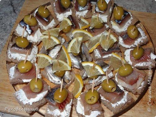 Всем добрый вечер. Предлагаю угоститься маленькими канапешками с соленой рыбкой. фото 2