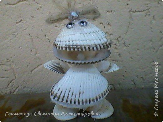 """Лягушонку Кваку  с жемчужиной  сконструировала  из ракушек  Зыль Диана  из 4 """"В"""" класса.Девочка рассказала ,что бабушка помогла  завязать только  бантик.Всю работу Диана выполнила сама!!! Дианочка,- МОЛОДЕЦ!!!Браво!!! фото 2"""