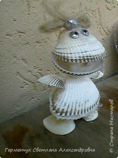 """Лягушонку Кваку  с жемчужиной  сконструировала  из ракушек  Зыль Диана  из 4 """"В"""" класса.Девочка рассказала ,что бабушка помогла  завязать только  бантик.Всю работу Диана выполнила сама!!! Дианочка,- МОЛОДЕЦ!!!Браво!!! фото 3"""