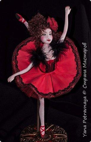 Балерина Кармен очень грациозная, легкая выполнена из фоамирана (пористой резины). Кукла снимается с подставки. Каркас у куклы проволочный. Ноги и руки сгибаются. Волосы из искусственных трессов. Роспись лица вручную акриловыми красками и пастелью (закреплена лаком). В одежде использованы боа из натуральных перьев, кружево, стразы, фатин. Роза выполнена из фоамирана вручную. фото 2