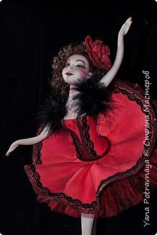 Балерина Кармен очень грациозная, легкая выполнена из фоамирана (пористой резины). Кукла снимается с подставки. Каркас у куклы проволочный. Ноги и руки сгибаются. Волосы из искусственных трессов. Роспись лица вручную акриловыми красками и пастелью (закреплена лаком). В одежде использованы боа из натуральных перьев, кружево, стразы, фатин. Роза выполнена из фоамирана вручную. фото 3